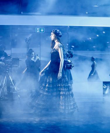 """巴黎今天有点仙!Dior 秋冬大秀简直是奢华版""""蓝色大海的传说"""""""