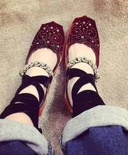 她在脚上戴上这个,没想到吸引了所有人的目光!