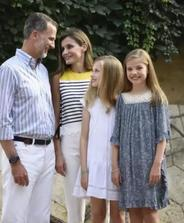 西班牙王后的两个公主,气质基因衣品完全继承了妈妈